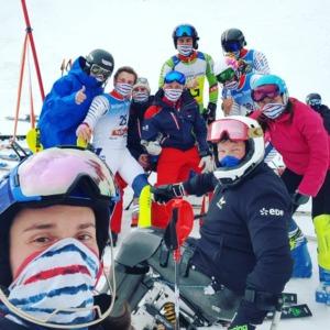 Jules avec les autres athlètes de l'équipe de France de ski alpin handisport à Malbun